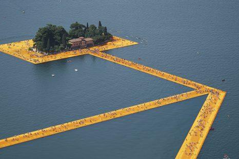 The Floating Piers, lac d'Iseo, Italie, 2014-16.Plus de 1,2 million de visiteurs ont marché sur l'oeuvre de Christo pendant seize jours.