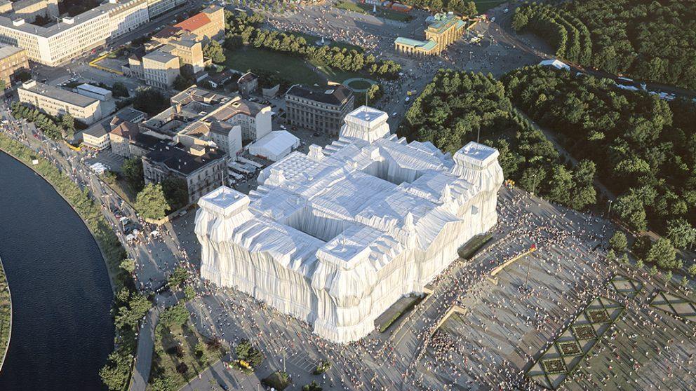 The Wrapped Reichstag, Berlin 1971-95. The Wrapped Reichstag, l'ancien (et futur) parlement allemand empaqueté de tissu argenté, a attiré plus de 5 millions de visiteurs en deux semaines en juin 1995.