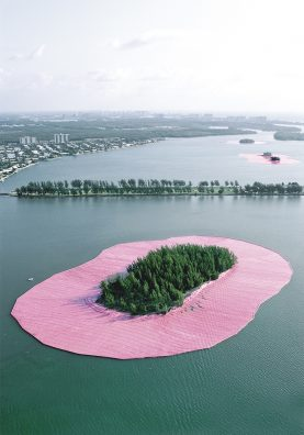 Surrounded Islands, Baie de Biscayne, Miami, Floride, 1980-83. En mai 1983, Christo et Jeanne-Claude ont entouré 11 petites îles inhabitées au large de Miami avec du polypropylène de couleur rose.