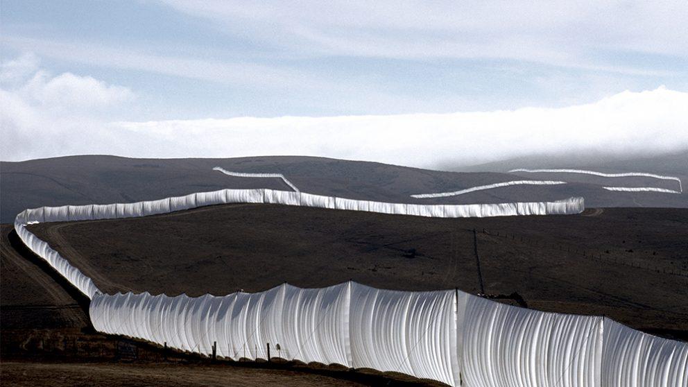 Running Fence, comtés de Sonoma et Marin, Californie, 972-76. Haute de 5,5 mètres et longue de 39,4 kilomètres, cette oeuvre, située au nord de San Francisco, fut inaugurée le 10 septembre 1976.