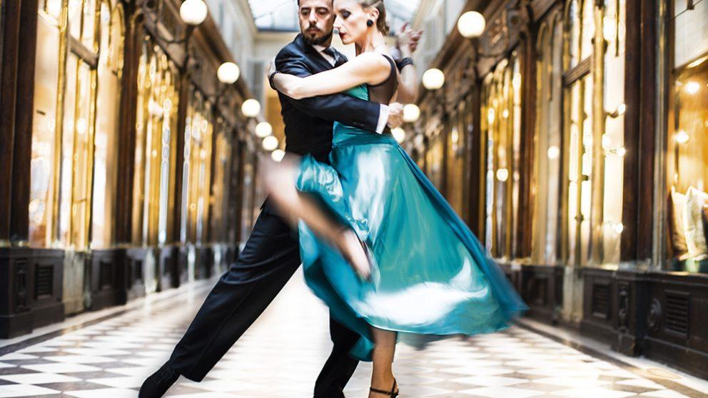 La danse, c'est une architecture en mouvement. Cette définition s'applique parfaitement au Tango. Les Tangueros, au sommet de leur art, se transforment en statues aussi parfaites qu'éphémères.