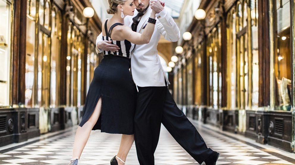 La séduction n'est jamais le but recherché. Les Tangueros, même s'ils dansent ensemble pour la première fois espèrent arriver à une fusion totale de leurs corps. Le couple doit savoir devenir complice et sensuel dès les premiers pas.