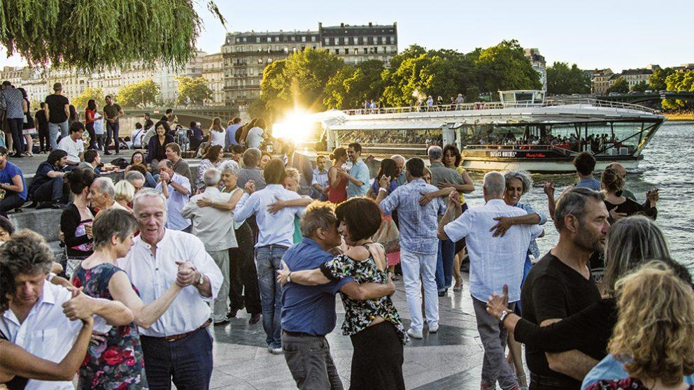 Pas besoin d'être Argentin pour danser le Tango. Cette musique, cette danse, inventées par des immigrants venus des quatre coins du monde sont universelles. À Paris ou à Tokyo, le bonheur de glisser, enlacés sur une musique triste est le même.