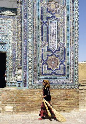 Femme marchant aux abords de la nécropole Shah-i-Zinda (