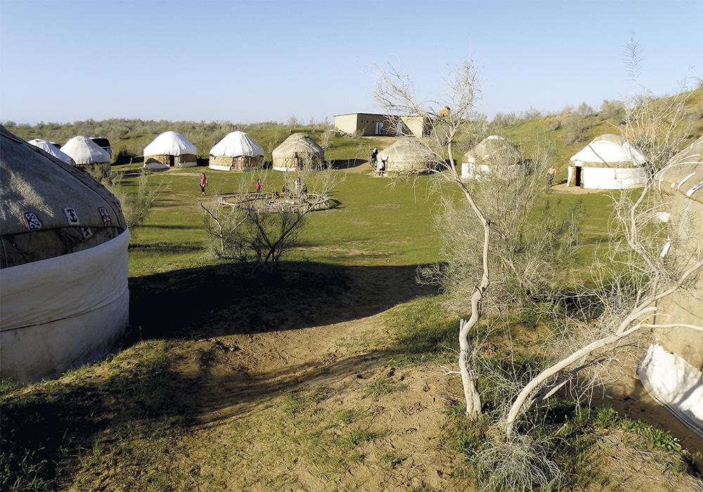Désert du Kyzylkoum. Comme pour reposer nos yeux de tant de beauté(s) et permettre de les intégrer, nous passons deux nuits dans un campement de yourtes près du lac salé turquoise Aydar.