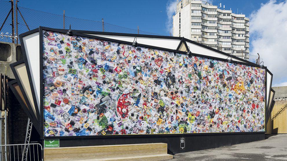 4 490 déchets en plastique produits en un an. Emballages de paquets de chips, barquettes, couverts, etc. en 2017, Daniel Webb a tout conservé et a exposé le contenu de 22 sacs-poubelle à Margate dans le Kent.