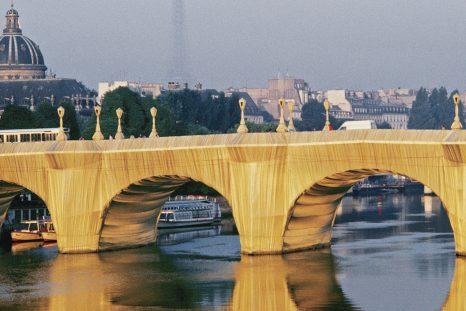 The Pont Neuf Wrapped, Paris, 1975-85.Le plus ancien pont existant de Paris apparaît ici couvert de polyamide couleur