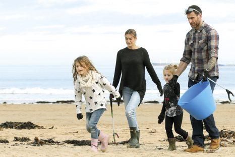 Le nettoyage des sites naturels a le vent en poupe au Royaume-Uni. En avril 2018, des volontaires mobilisés par l'ONG Surfers against sewage ont ramassé 17 500 bouteilles le long du littoral britannique.