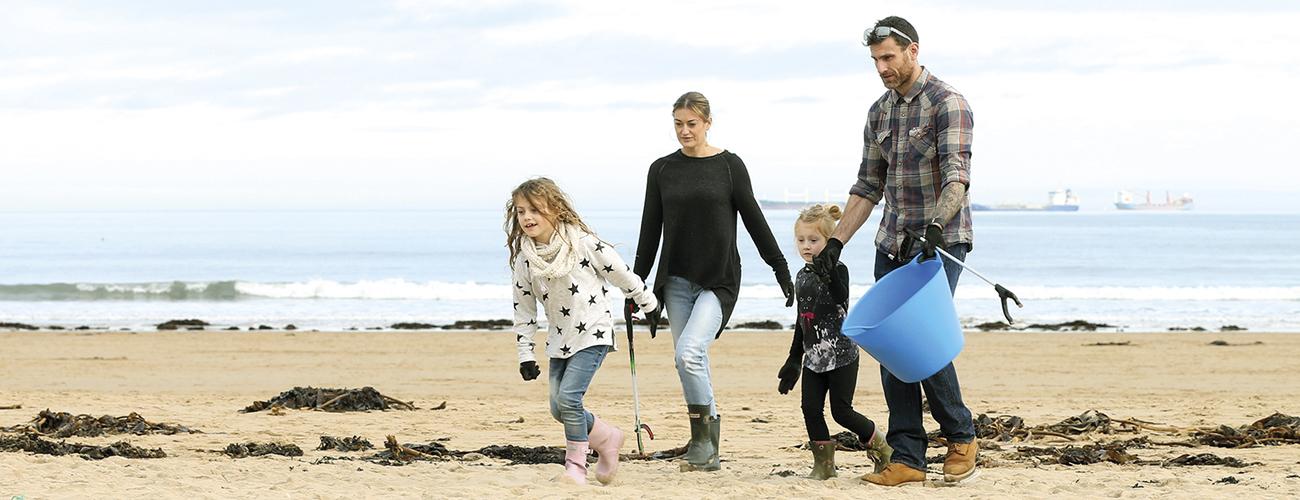 Le nettoyage des sites naturels a le vent en poupe au Royaume-Uni. En avril 2018, des volontaires mobilisés par l'ONG Surfers against sewage ont ramassé 17 500 bouteilles le long du littoral britannique © Lewis Arnold