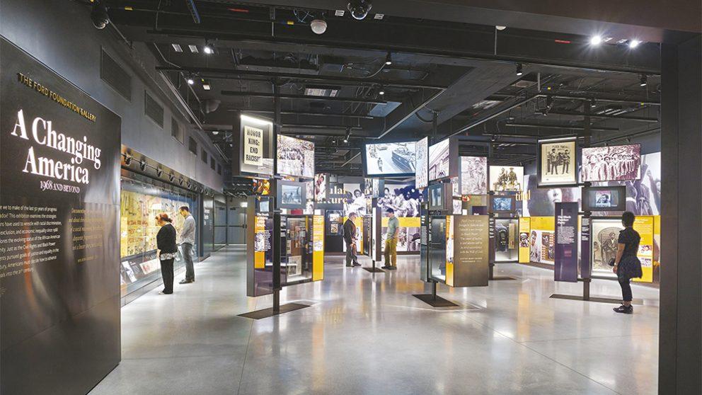 La muséographie est l'oeuvre de la société new-yorkaise Ralph Appelbaum Associates (RAA). Douze galeries retracent l'histoire, les communautés et la culture des Afro-Américains.