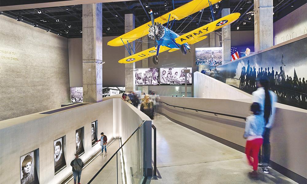 Les galeries dédiées à l'histoire sont en sous-sol, alors que le présent est évoqué en haut du bâtiment.