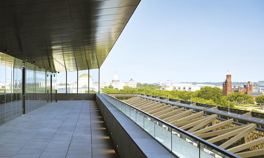 Depuis le musée, une vue vers le sud-est à travers le Mall, avec le capitol au centre et le célèbre Castle du Smithsonian Institution visible à droite.