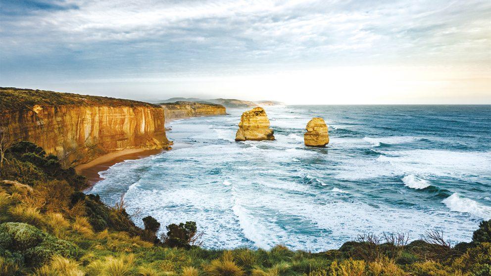 Victoria. Les Twelve Apostles. Piliers de calcaire qui surgissent de l'océan aux alentours de Melbourne.