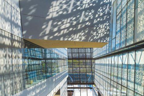 Un escalier mécanique est situé entre la façade est du bâtiment et les galeries © Alan Karchmer / NMAAHC