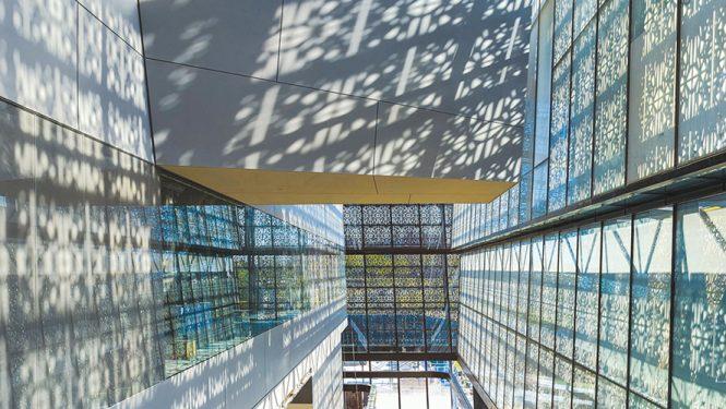Un escalier mécanique est situé entre la façade est du bâtiment et les galeries.