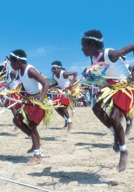 Détroit de Torrès. Face à la mer, les danseurs célèbrent une culture enracinée dans les océans. © Tourism et Events Queensland