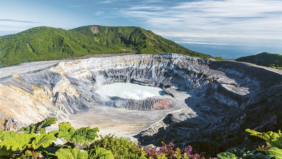 L'activité des volcans conjuguée à l'infl uence des vents marins et de l'altitude donne au Costa Rica son climat très particulier. Cette bande de terre, au milieu de l'isthme américain, possède une biodiversité exceptionnelle.