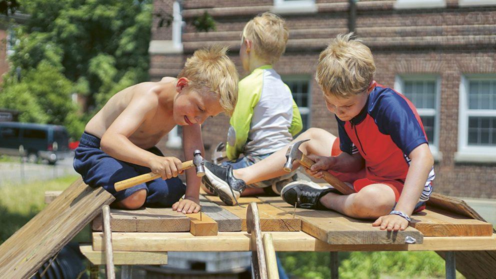 Apprendre à planter un clou fait partie des habiletés qui ont disparu du quotidien de bien des enfants.