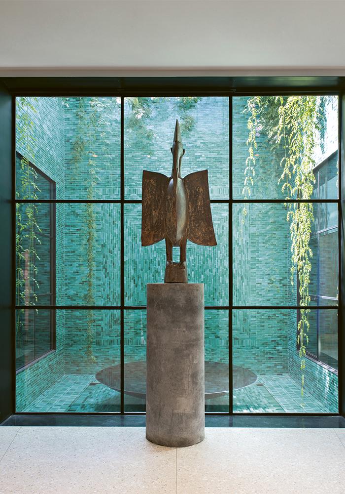Oiseau sénoufo, première acquisition de Pierre Bergé et d'Yves Saint Laurent en 1960. Hall du musée Yves Saint Laurent de Marrakech. © Fondation Jardin Majorelle / Nicolas Mathéus