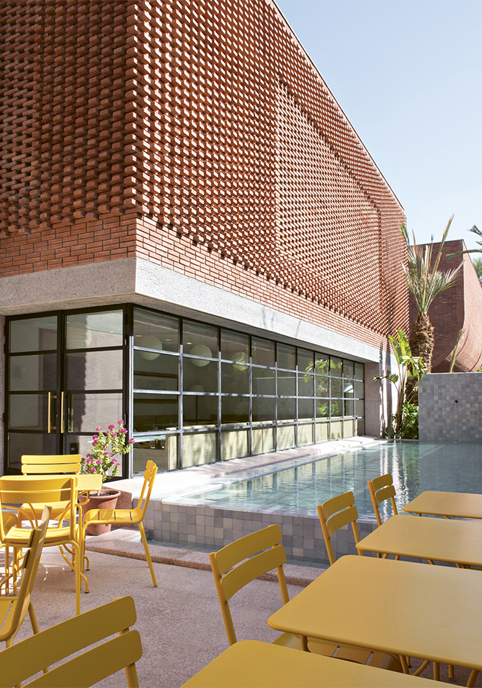 La terrasse du café « Le Studio » au musée Yves Saint Laurent Marrakech. © Fondation Jardin Majorelle / Nicolas Mathéus