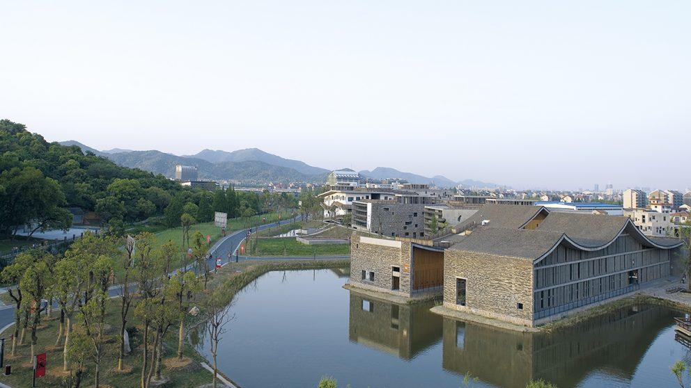 Conçu comme un paysage artifi ciel, le Fuyang Cultural Complex s'étale sous un toit en forme de vagues qui rappellent les montagnes toutes proches.