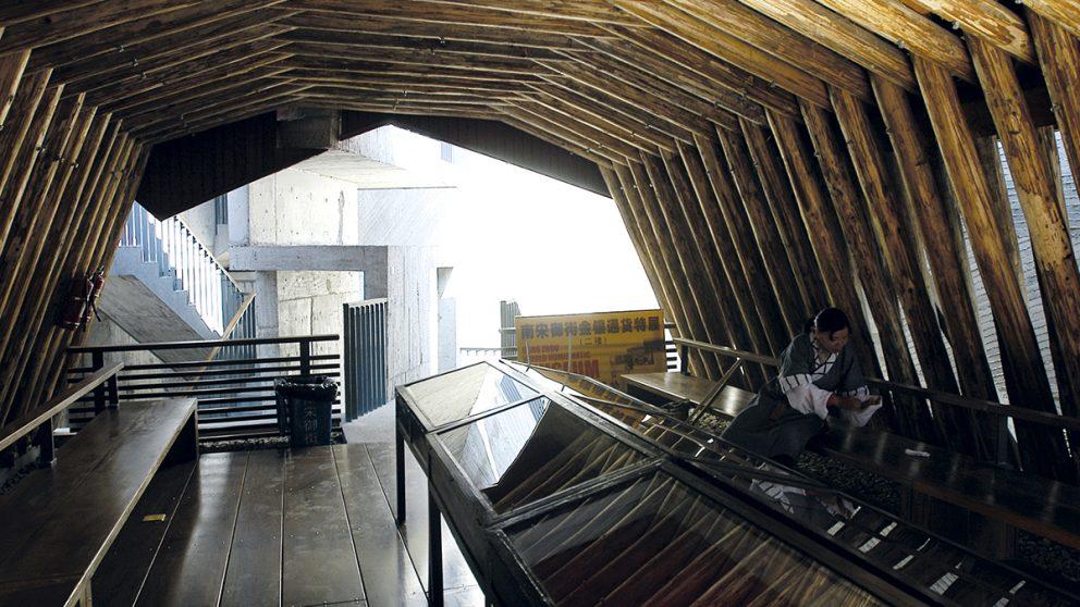 L'Imperial Street Museum occupe une superficie de 450mètres carrés seulement. Suite à l'incendie d'une résidence bâtie sur ce terrain, des rues très anciennes ont été mises au jour. Wang Shu a recouvert ces vestiges d'un grand toit de tuiles en terre cuite.