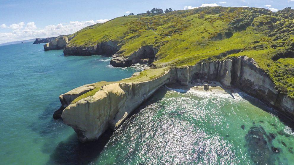 unnel Beach, Dunedin. Au début du XIXe siècle, un homme politique local fit creuser un tunnel à travers la falaise pour que sa famille puisse rejoindre la plage et se baigner…