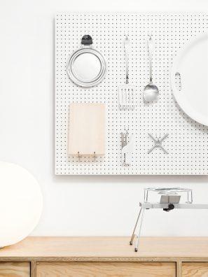 Présentation minimaliste d'ustensiles de cuisine dans le magasin de Jasper Morrison, à Londres.