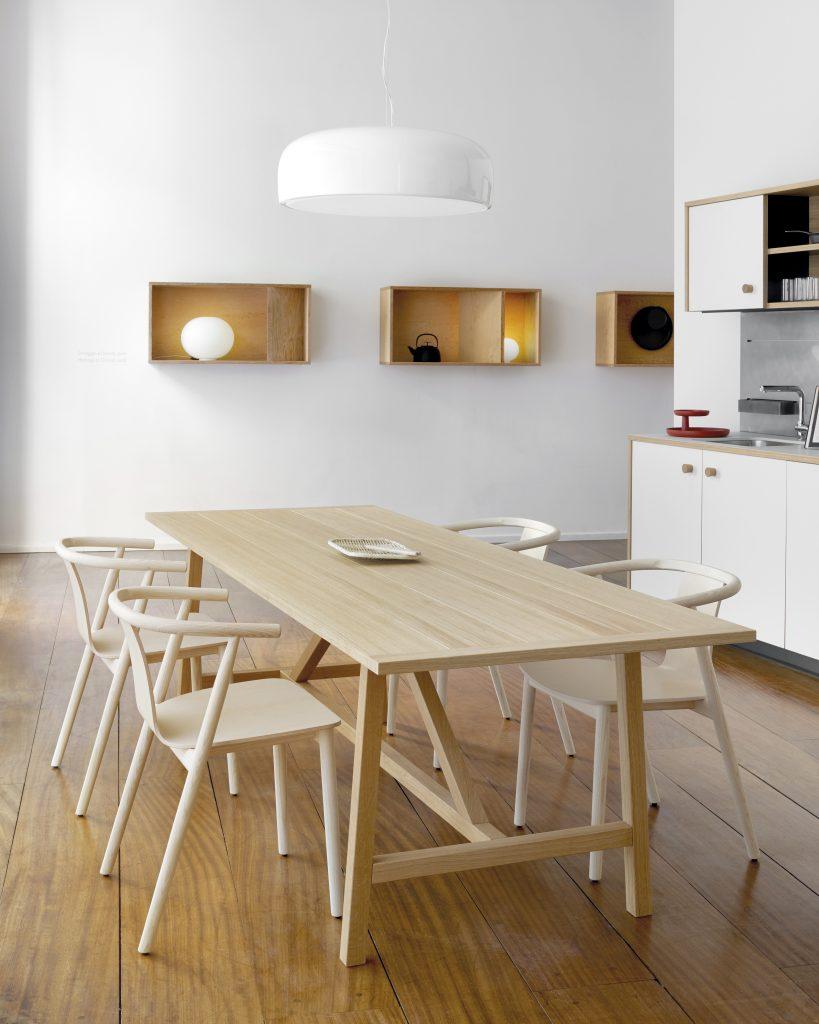 La table de cuisine et les chaises en bois dans la cuisine Lepic.
