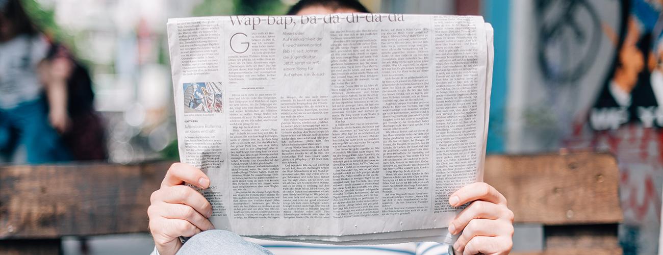 Personne qui lit le journal