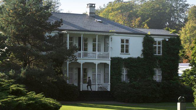 Cette ancienne demeure de 1855 fut construite à Humlebæk par Alexander Brun. Elle marque l'entrée principale du musée.