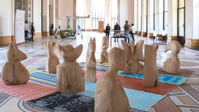 Vue de l'installation « Crazy City IV » de l'artiste Barthélémy Toguo à la FIAC 2017 au Petit Palais à Paris (Galerie Lelong & Co., Paris - New York). À cette foire, les grandes galeries d'art produisent le meilleur des créations de leurs artistes, internationalement reconnus, et font une grosse part de leur chiffre d'affaires.