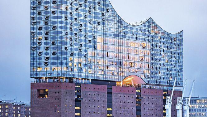 Elbphilharmonie Hamburg. L'Elbphilharmonie, construite par-dessus l'ancien entrepôt Kaispeicher A sur les quais Sandtorhafen, comprend trois salles de concert, 45 appartements et un hôtel.