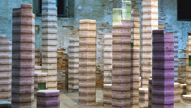 « Futur Fossil Spaces » de Julian Charrière. Cet artiste s'intéresse aux interactions qui existent entre nos sociétés actuelles et les ressources géologiques. Son installation à l'Arsenal de Venise pour la Biennale fait référence au plus vaste désert de sel du monde, le Salar d'Uyuni, en Bolivie. Sous l'étendue blanche, le précieux carbonate de lithium est une ressource inestimable, dont l'exploitation modifie le paysage.