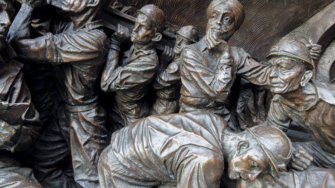 statues: L'épuisement des travailleurs.