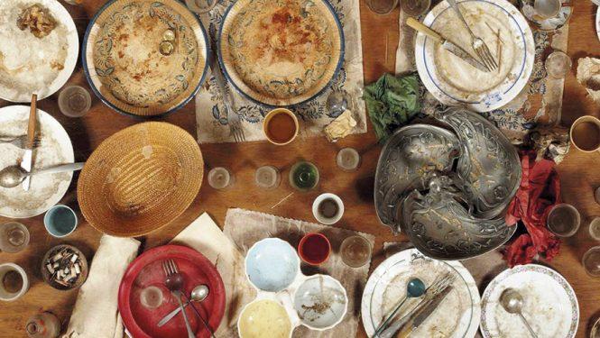 Daniel Spoerri immortalise régulièrement des restes de repas en les figeant dans ses « tableaux pièges »