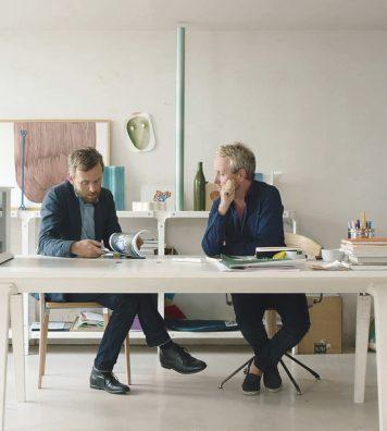 Ronan Bouroullec (à droite sur la photo) a commencé par travailler seul. C'est en développant sa « Cuisine Désintégrée » pour Cappellini qu'il a sollicité son frère pour l'assister. Associés depuis 1999, ils développent la plupart de leurs projets à quatre mains.