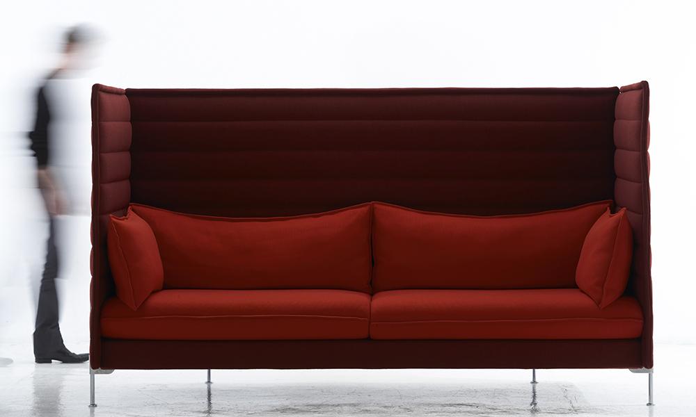Des meubles conçus pour structurer l'espace. Tous produits pour Vitra, la table « Joyn », le canapé « Alcove » et les chaises « Vegetal » sont trois objets emblématiques de leur longue collaboration avec l'éditeur suisse dont les débuts remontent à l'an 2000.