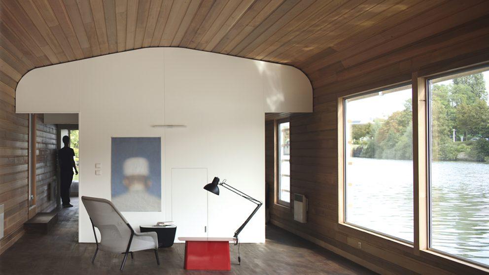 Les frères Bouroullec et l'architecture. Inaugurée en 2007, la « Maison Flottante » est une résidence d'artistes réalisée pour célébrer les dix ans du Centre national de l'estampe et de l'art imprimé, à Chatou, dans les Yvelines.
