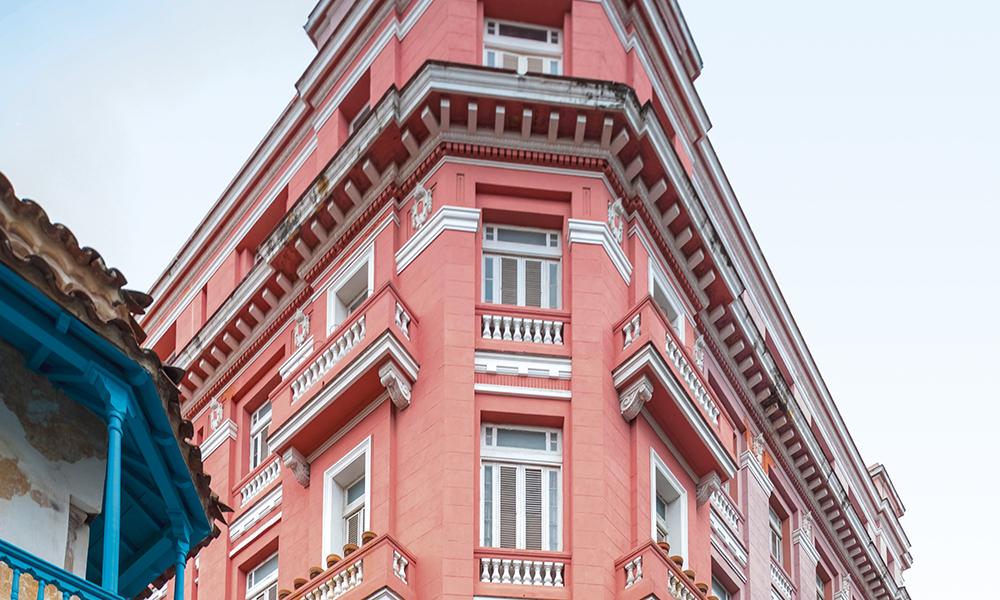« Pour qui sonne le glas » a été écrit dans la chambre 511 de l'hôtel Ambos Mundos. Hemingway trouvait l'inspiration en regardant la vie des hommes sur le port par sa fenêtre ouverte.