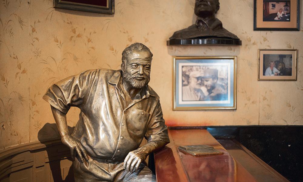 Le vieil homme et une mer d'alcool. Accoudée au bar du Floridita, la statue en bronze d'Hemingway semble un hommage à son exceptionnelle résistance à l'alcool.