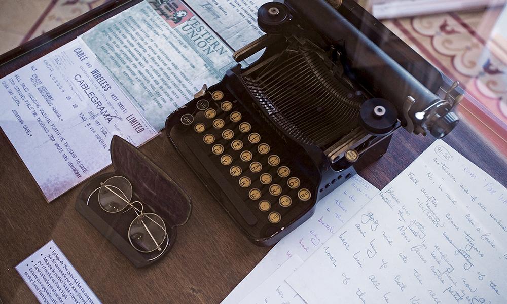 « Écrire à Cuba m'a toujours porté chance. » En 1954, il reçoit le prix Nobel de littérature pour « Le vieil homme et la mer » qu'il dédie à Cuba et à son peuple.