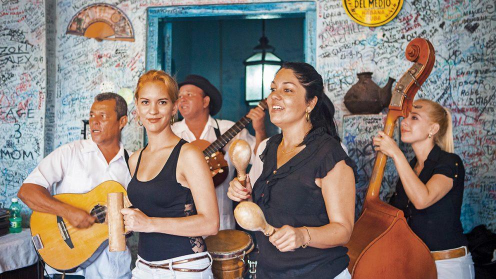 Le chic envahit les rues de La Havane. Mais quelques rues, quelques bars résistent encore à la mode du clinquant qui rassure les touristes.