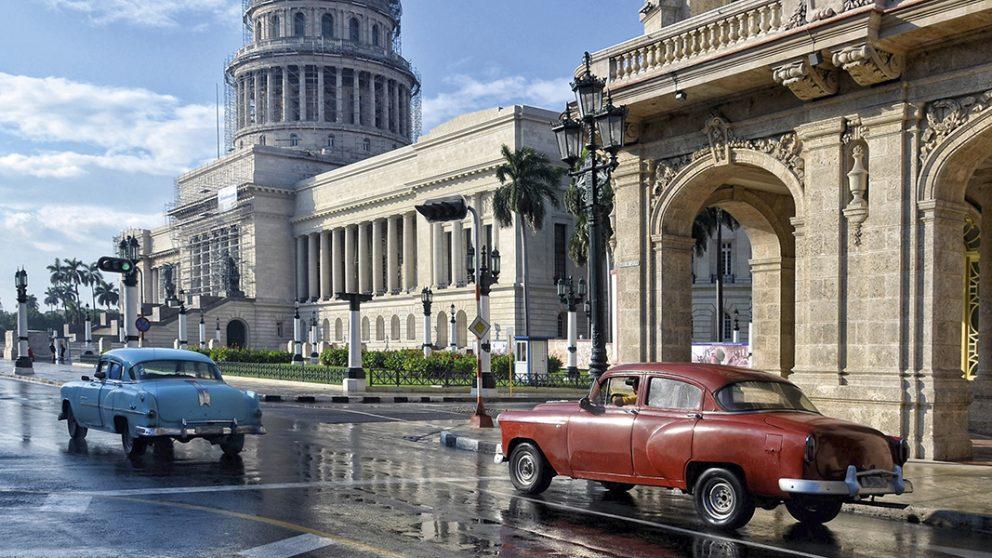 Hemingway aimait La Havane parce qu'elle n'a jamais cessé de le surprendre. À La Havane, il a vécu sans s'ennuyer un instant, à l'écart du monde, un monde qu'il avait sillonné en tous sens.