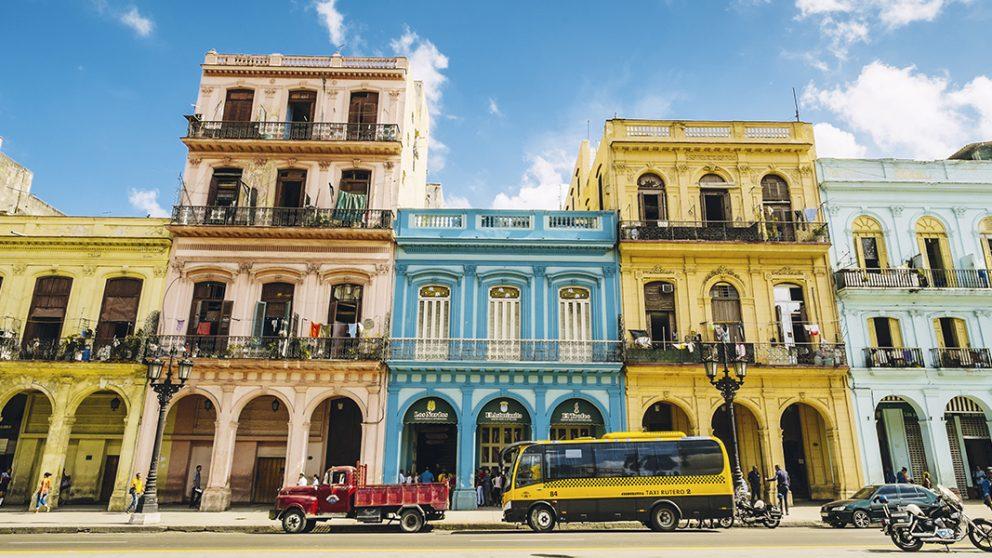 La Habana Vieja est une vieille folle éternellement séduisante. Trop colorée, ridée, fanée par les pluies, outragée par les colères du ciel des Caraïbes, la vieille ville de La Havane garde une beauté troublante.