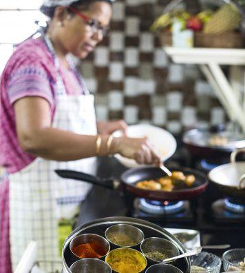 Rosy, la cheffe des épices. Rosy a ouvert à Kochi, la capitale économique du Kerala, une maison d'hôte célèbre pour sa cuisine où elle prépare des mets à base d'épices comme le curcuma, la coriandre, le poivre ou encore la cardamome.