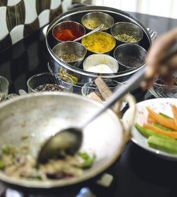 La gastronomie des épices. Dans le Kerala, la plupart des plats sont composés de nombreuses épices, comme le gingembre, le poivre ou la cannelle, revenues à la poêle avec de l'huile de noix de coco.