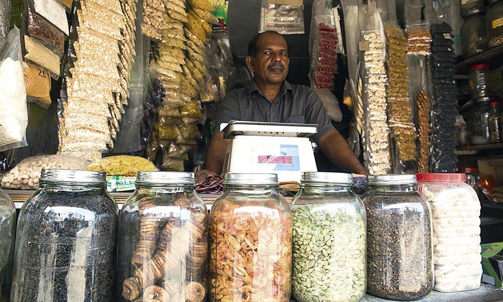 Les vendeurs d'épices de rue. Dans des petites cahutes de bois posées sur le trottoir, les épices se vendent aussi comme des friandises, dans des bocaux.
