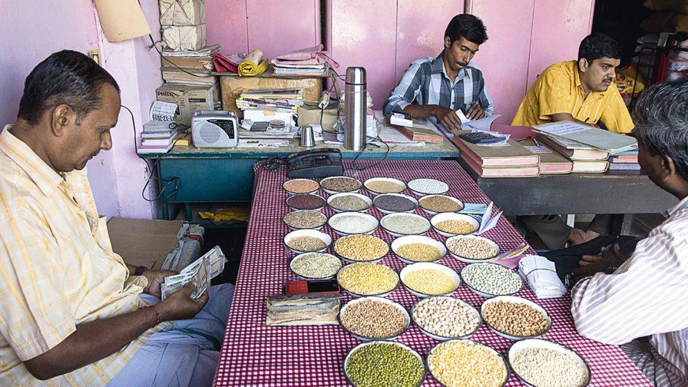 Dans l'échoppe d'un grossiste. Les grossistes disposent sur des petites assiettes les échantillons d'épices qu'ils possèdent en stock, pour permettre aux clients d'apprécier la qualité de la marchandise.