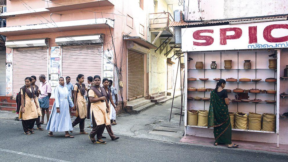 La vitrine d'un magasin d'épices à Kochi. Les propriétaires de magasins retirent les vitrines de leurs échoppes afin que les chalands puissent sentir et apprécier la qualité des épices.